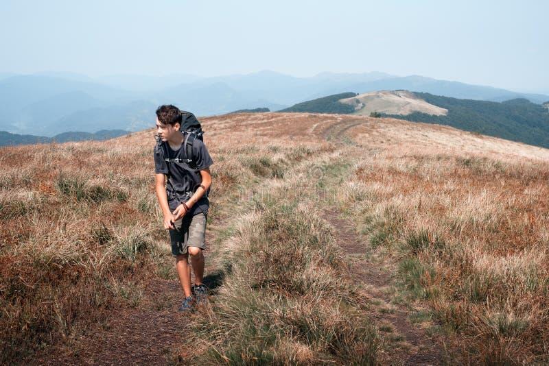 Seule hausse de touristes dans les montagnes photo libre de droits