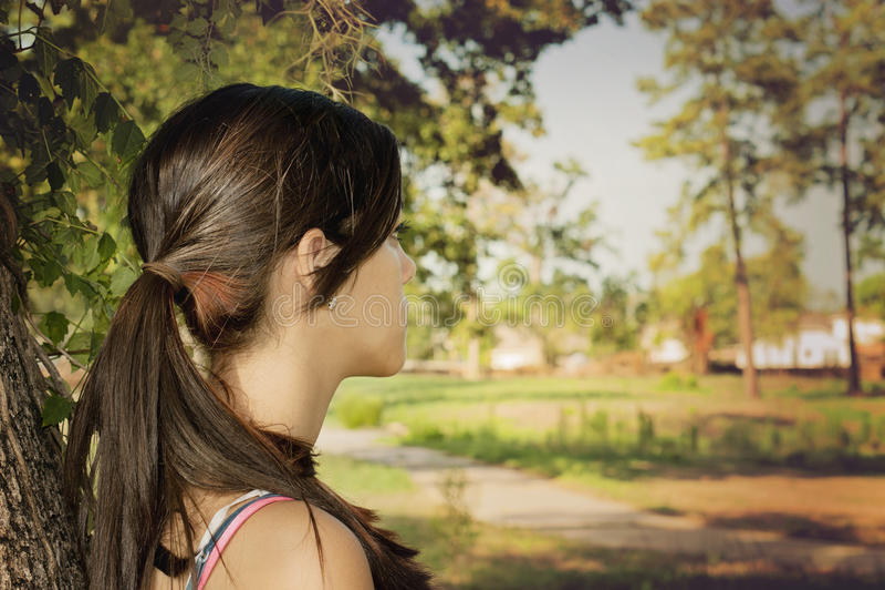 Seule jeune femme en parc photos stock