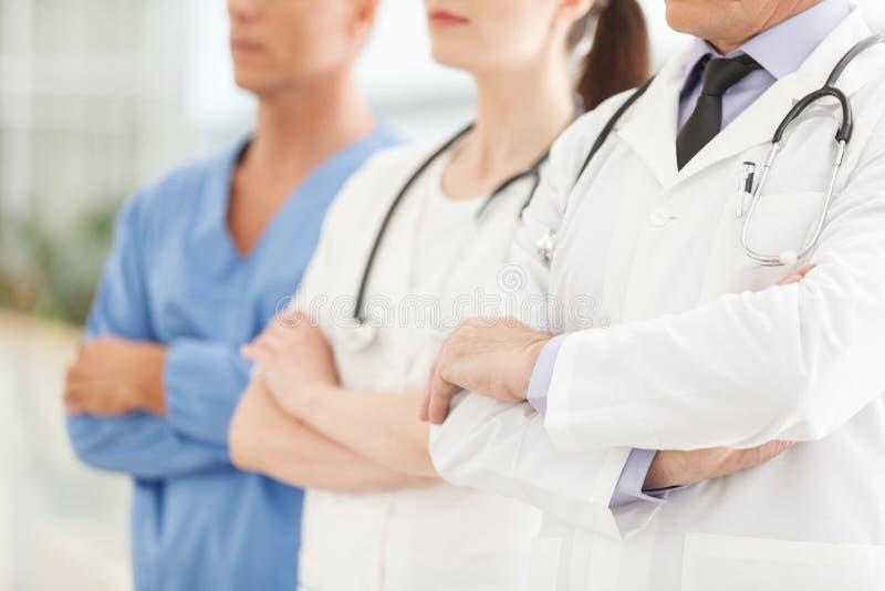 Seulement aide médicale professionnelle. Image cultivée de successfu image libre de droits