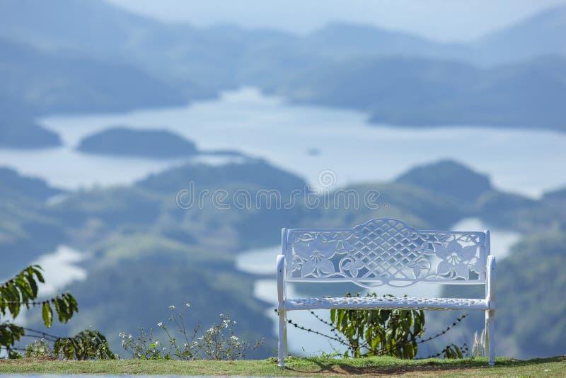Seulement le banc sur le dessus de la montagne autour du lac TaDung, nuage blanc sur le ciel bleu photos libres de droits