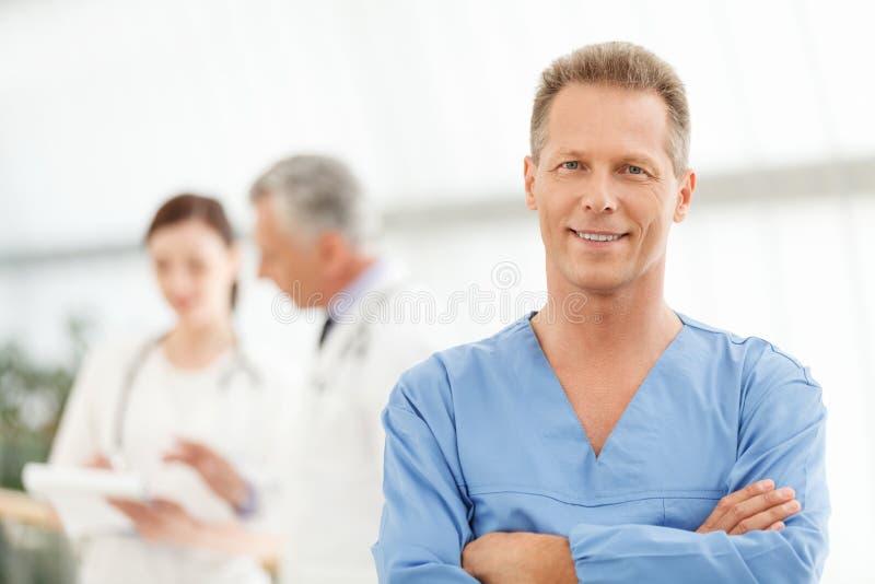 Seulement le meilleur traitement médical. Portrait d'un mâle mûr futé image stock