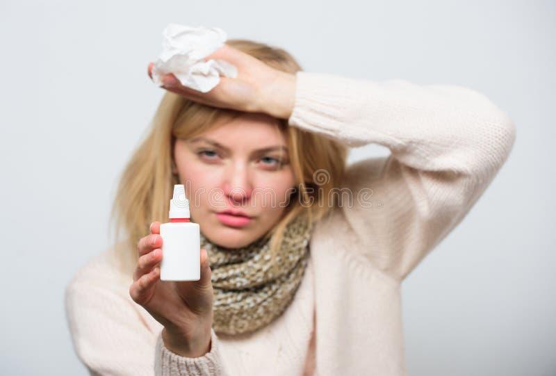 Seulement pour l'usage dans le nez Traitement du virus ou de la rhinite allergique froid Femme malade soignant le froid ou l'alle photos stock