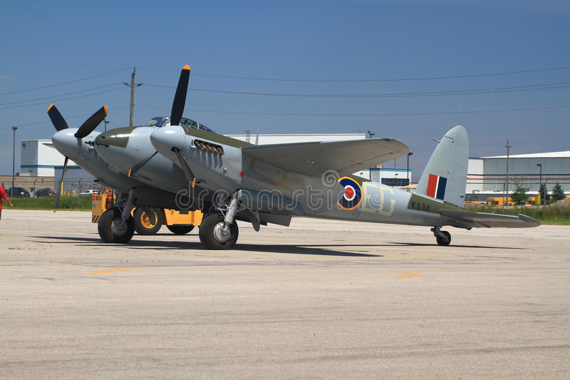Seulement un dans le monde pilotant le CAD de Havilland Moustique 98 remorqué pour le vol de démo image stock