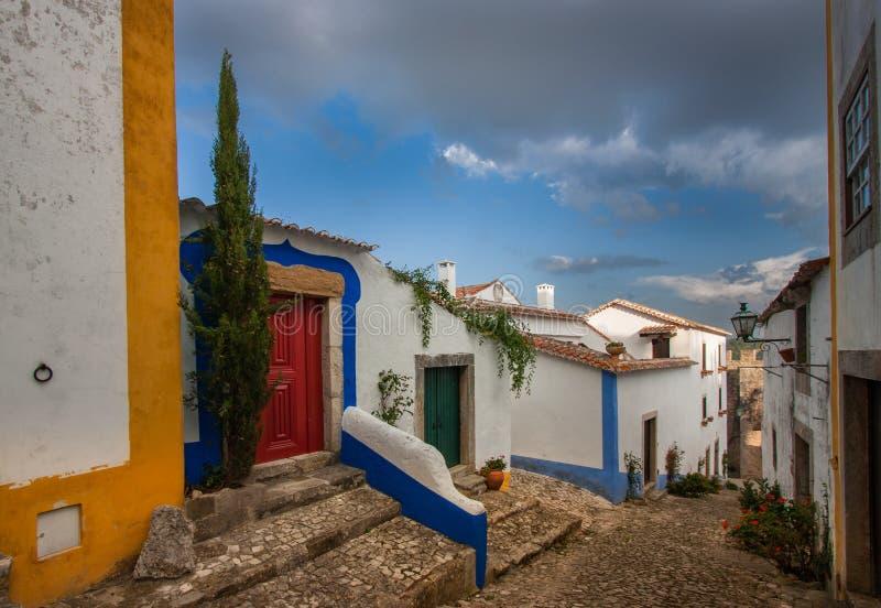 Seules maisons colorées la rue étroite d'Obidos, Portugal photographie stock libre de droits