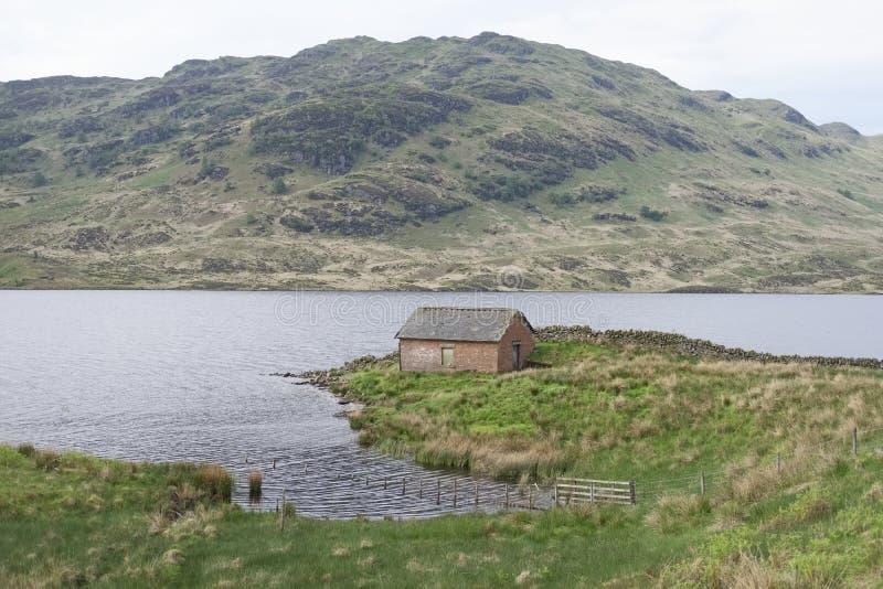 Seuls antiques de petite ferme écossaise choisissent une maison traditionnelle sur l'île par des montagnes de paysage de vert de  photo stock
