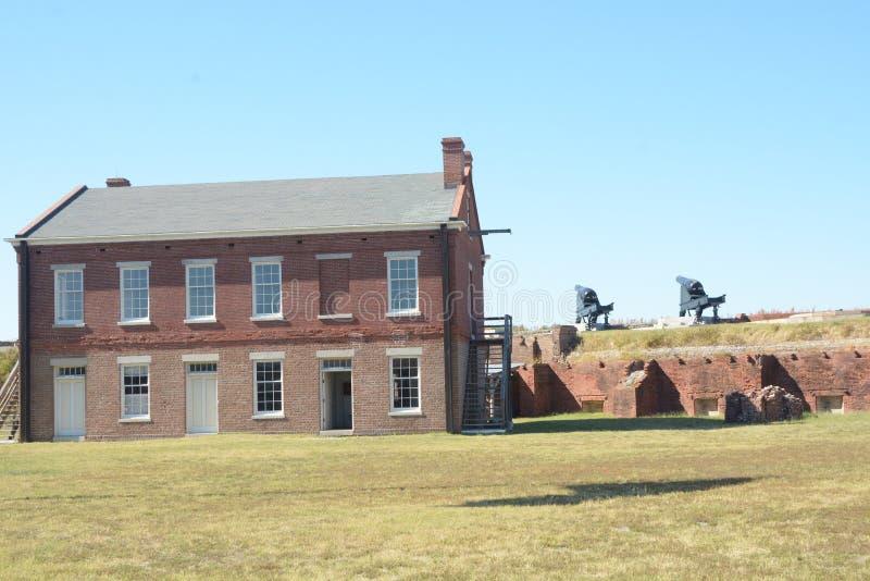 Seus 1.100 acres incluem o rebitamento do século XIX do forte, as dunas de areia, as planícies, a rede marítima e o pântano maré  foto de stock