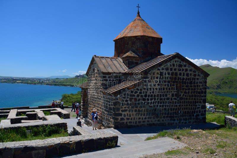 SEVAN,亚美尼亚:14 06 2014 - 有touri的Sevanavank修道院 库存照片