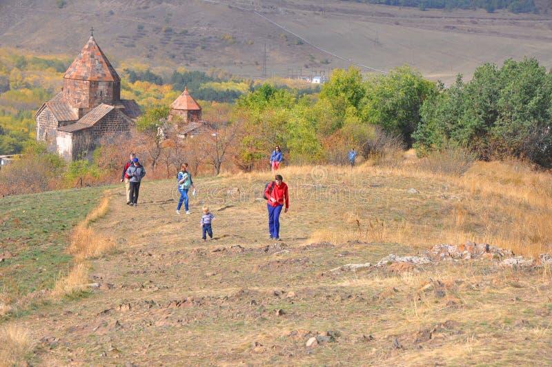 SEVANAVANK,亚美尼亚- 2016年10月14日:人们沿从修道院的土坎走 图库摄影