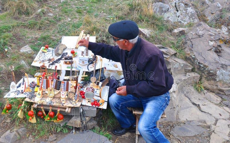 SEVANAVANK ARMENIEN - OKTOBER 14, 2016: Säljaren av souvenir fotografering för bildbyråer