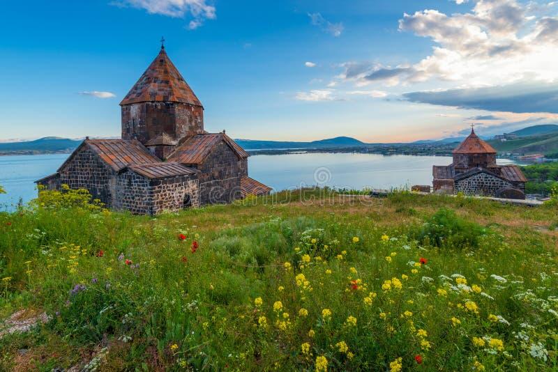 Sevanavank-Kloster auf See Sevan bei Sonnenuntergang lizenzfreie stockbilder