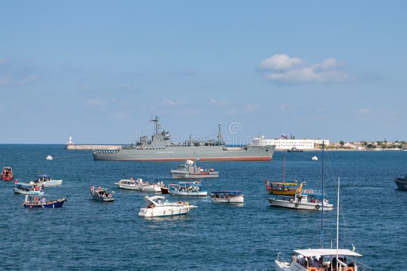 Sevastopol, Ucrânia - 31 de julho de 2011: O navio militar fotos de stock royalty free