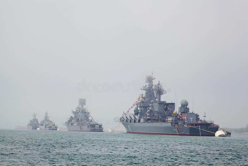SEVASTOPOL UKRAINA -- MAJ 12: Moderna krigsskepp i ståtanollan royaltyfri foto