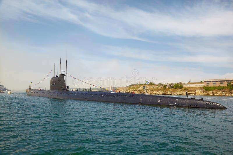 SEVASTOPOL, UKRAINA -- MAJ 2013: Nowożytna łódź podwodna w Para fotografia stock