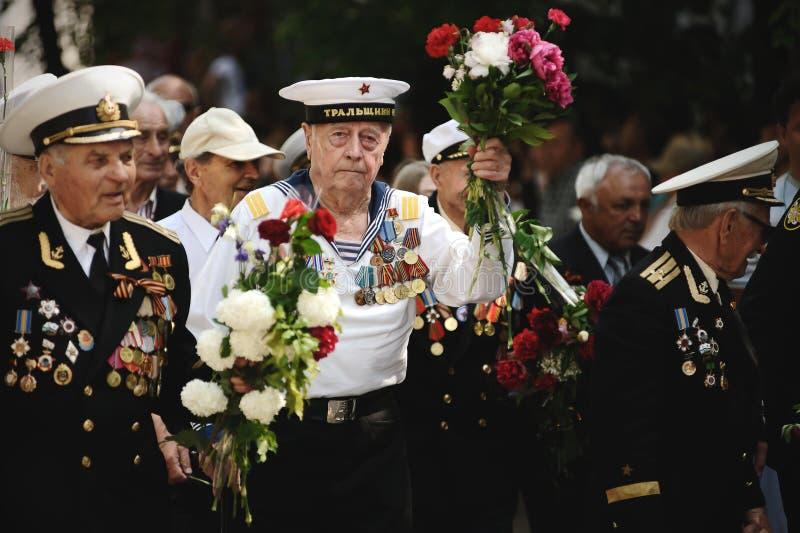 Sevastopol, Ukraina - 9 maj 2012: Veteraner från andra världskriget med blommor vid paraden under firandet av 'Victory arkivbilder
