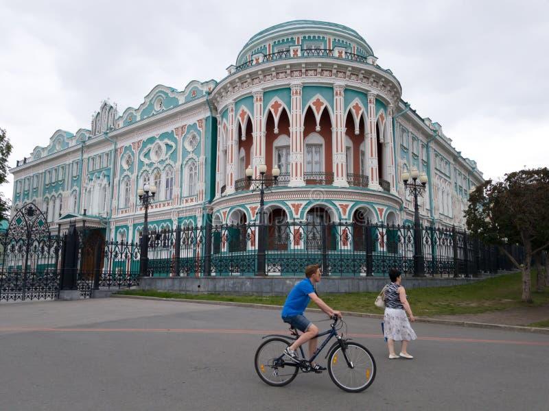 Sevastyanovs hus i Yekaterinburg och förbipasserande nära den Centrum arkivfoto