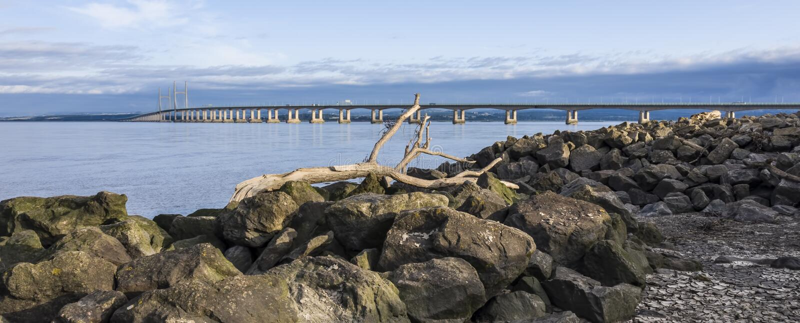 Severn Bridge dalla spiaggia severn vicino a Bristol, Regno Unito fotografia stock libera da diritti