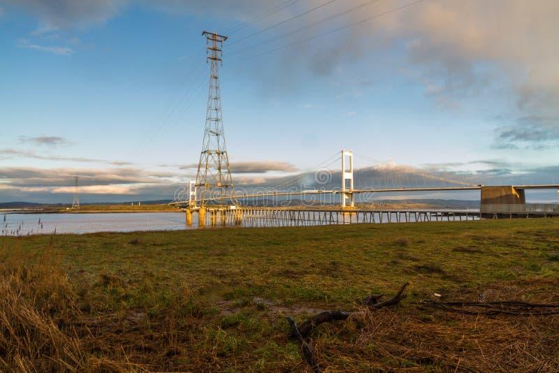 Severn Bridge im Morgenlicht mit Mast im Vordergrund lizenzfreies stockbild