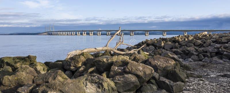 Severn Bridge vom severn Strand nahe Bristol, Vereinigtes Königreich lizenzfreie stockfotografie