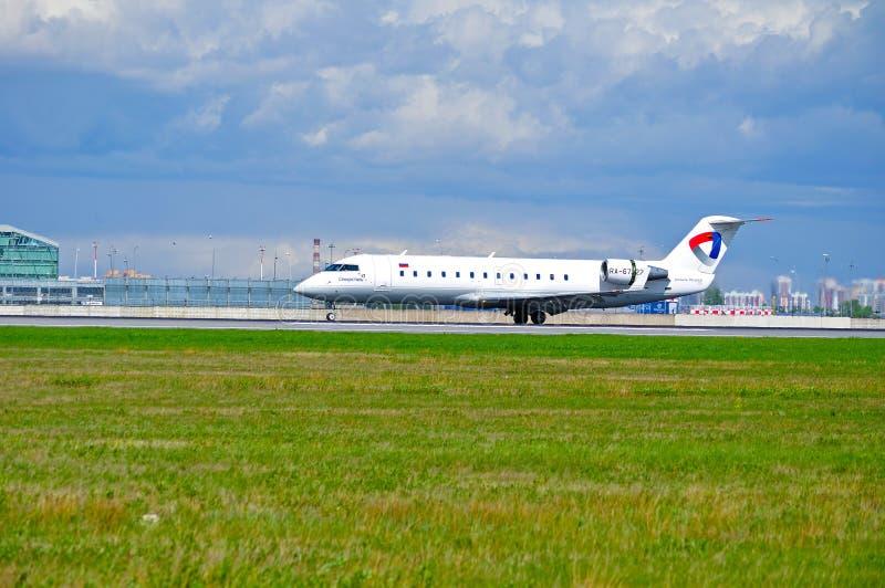 Severstal Aircompany航空公司加拿大人的CL604挑战者飞机在跑道在普尔科沃国际性组织airpor乘坐在到来以后 库存图片