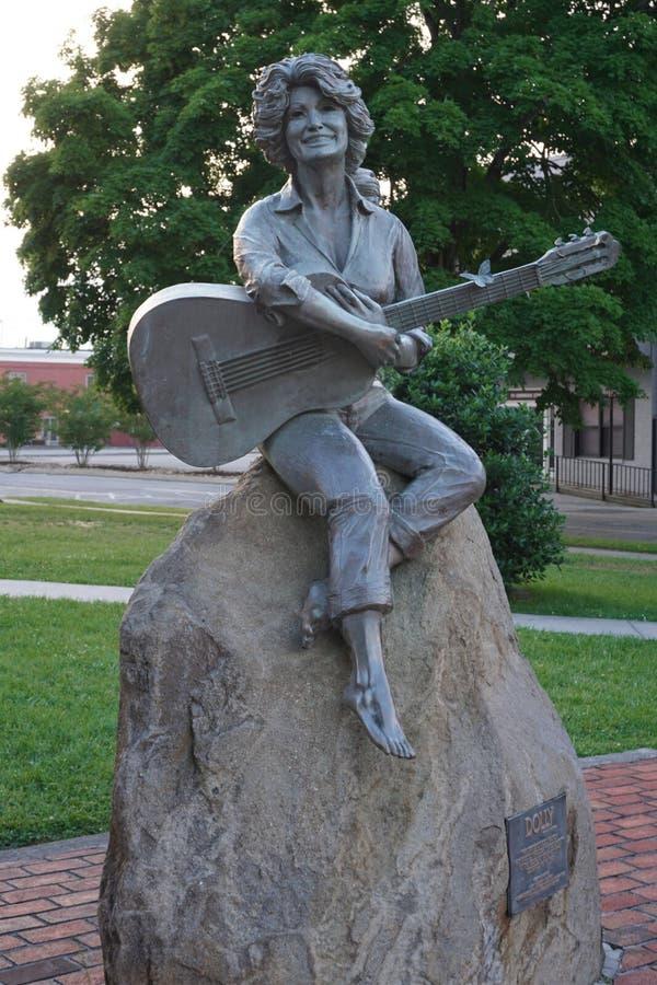 Sevierville, Теннесси США - 19-ое мая 2019: Статуя Parton тележки в городском Sevierville стоковые изображения rf