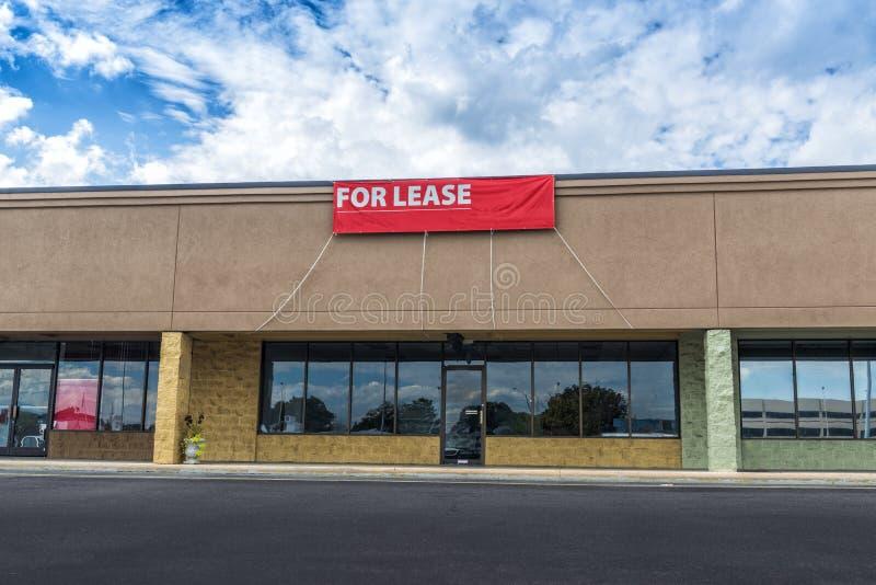 Sevierville, TN/Stati Uniti - 15 ottobre 2018: Colpo orizzontale di spazio al minuto disponibile in un vecchio centro commerciale fotografia stock libera da diritti
