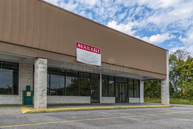 Sevierville, TN/Verenigde Staten - Oktober 15, 2018: Horizontaal schot van Beschikbare Kleinhandelsruimte in een Ouder Strookwink royalty-vrije stock fotografie