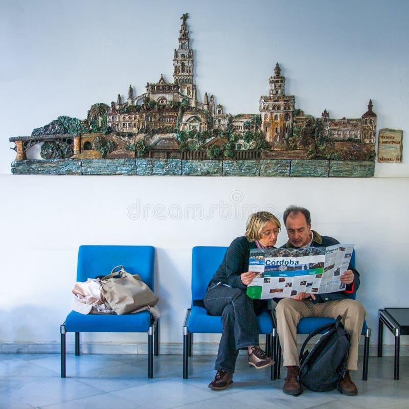Sevilha, a Andaluzia, Espanha - 27 de março de 2008: dois povos desconhecidos no escritório de informação fotos de stock royalty free