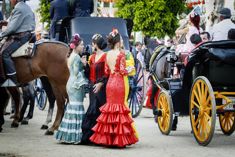Sevilha, Espanha - 28 de abril de 2015: Vestir das jovens mulheres tradicional imagens de stock royalty free