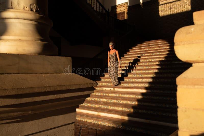 Sevilha, Plaza de España, escadaria do palácio real no por do sol imagem de stock