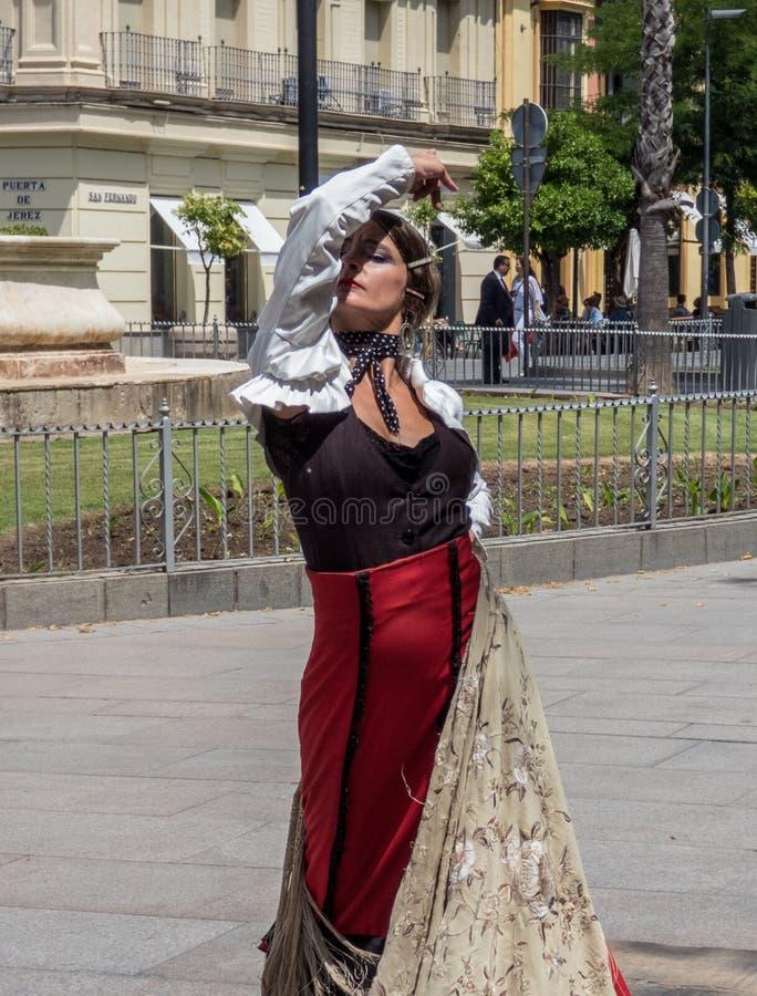 Sevilla, Andalusia, Hiszpania, Maj 27 2019, dziewczyna na ulicznym dancingowym flamenco, flamenco tancerz fotografia royalty free
