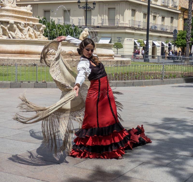 Sevilla, Andalusia, Hiszpania, Maj 27 2019, dziewczyna na ulicznym dancingowym flamenco, flamenco tancerz zdjęcia stock