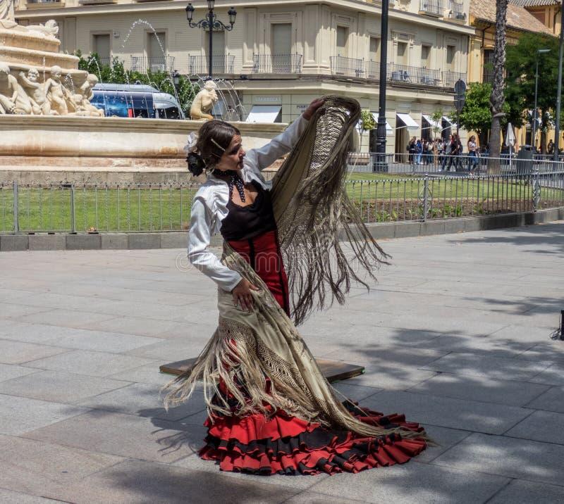 Sevilla Andalusia, Spanien, Maj 27 2019, flicka på gatan som dansar flamenco, flamencodansare arkivbilder