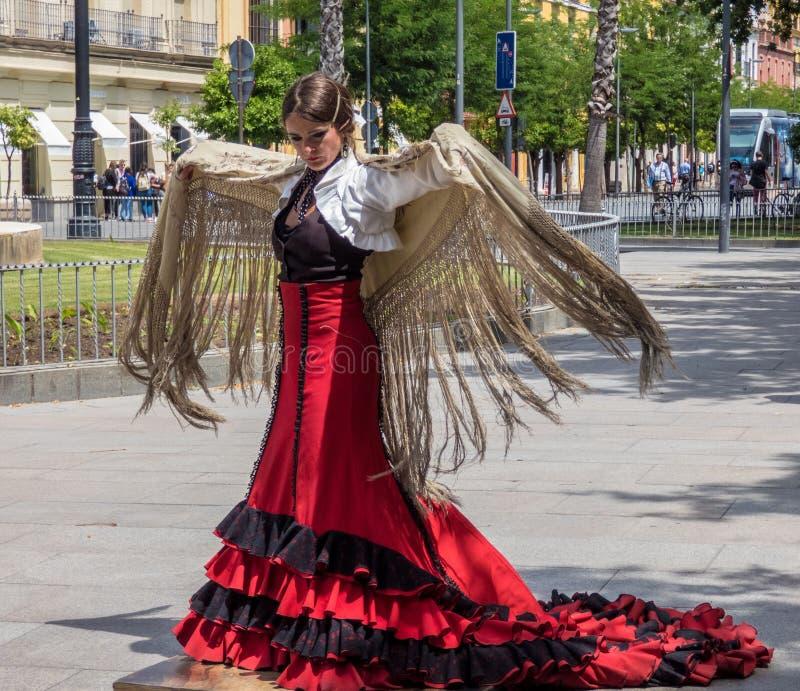 Sevilla Andalusia, Spanien, Maj 27 2019, flicka på gatan som dansar flamenco, flamencodansare royaltyfria bilder