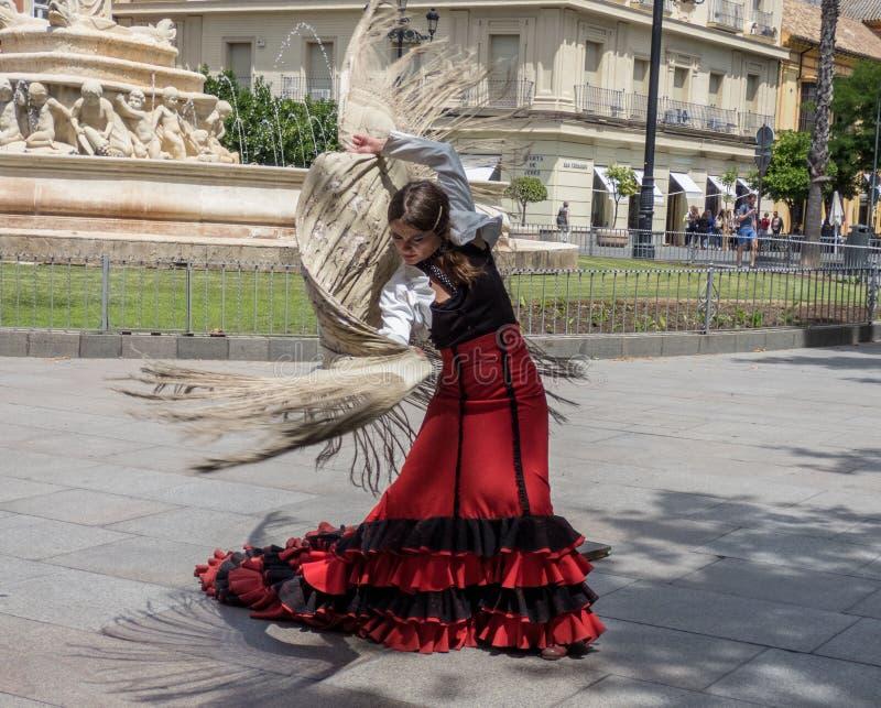 Sevilla Andalusia, Spanien, Maj 27 2019, flicka på gatan som dansar flamenco, flamencodansare arkivfoton