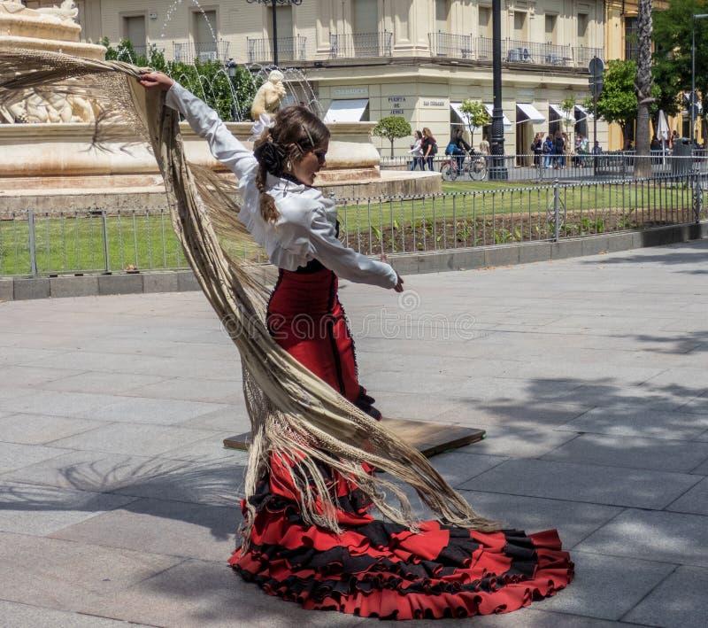Sevilla Andalusia, Spanien, Maj 27 2019, flicka på gatan som dansar flamenco, flamencodansare fotografering för bildbyråer