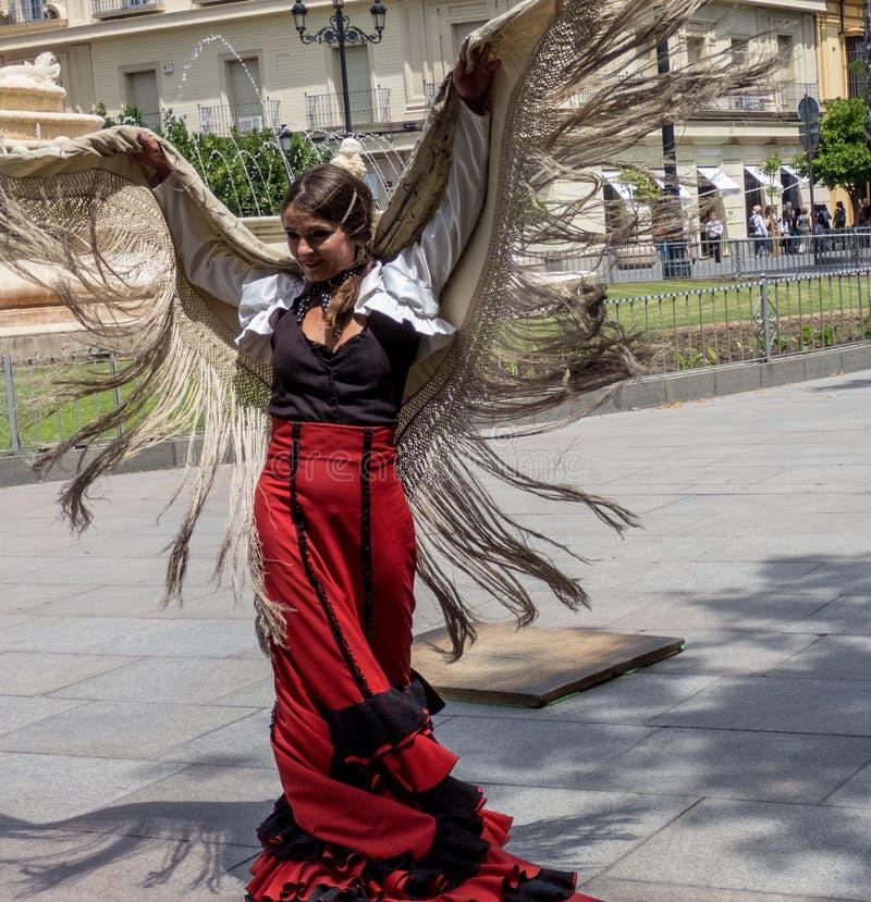 Sevilla Andalusia, Spanien, Maj 27 2019, flicka på gatan som dansar flamenco, flamencodansare arkivfoto