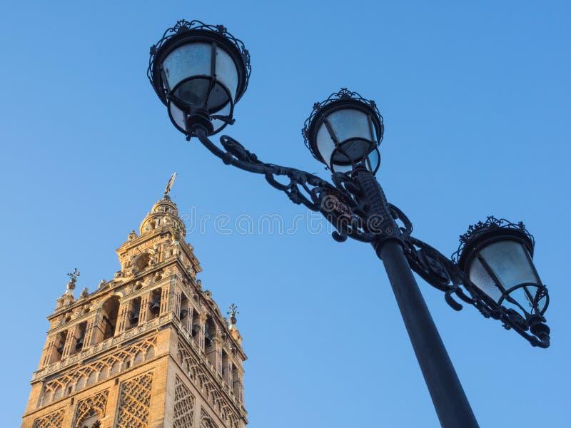 Sevilla, Andalusia, Spanje: Giralda en oude lamp voor blauwe hemel royalty-vrije stock foto
