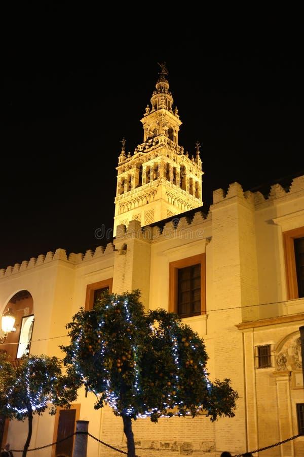 Sevilla bij nacht met Giralda op de achtergrond wordt verlicht die royalty-vrije stock afbeeldingen