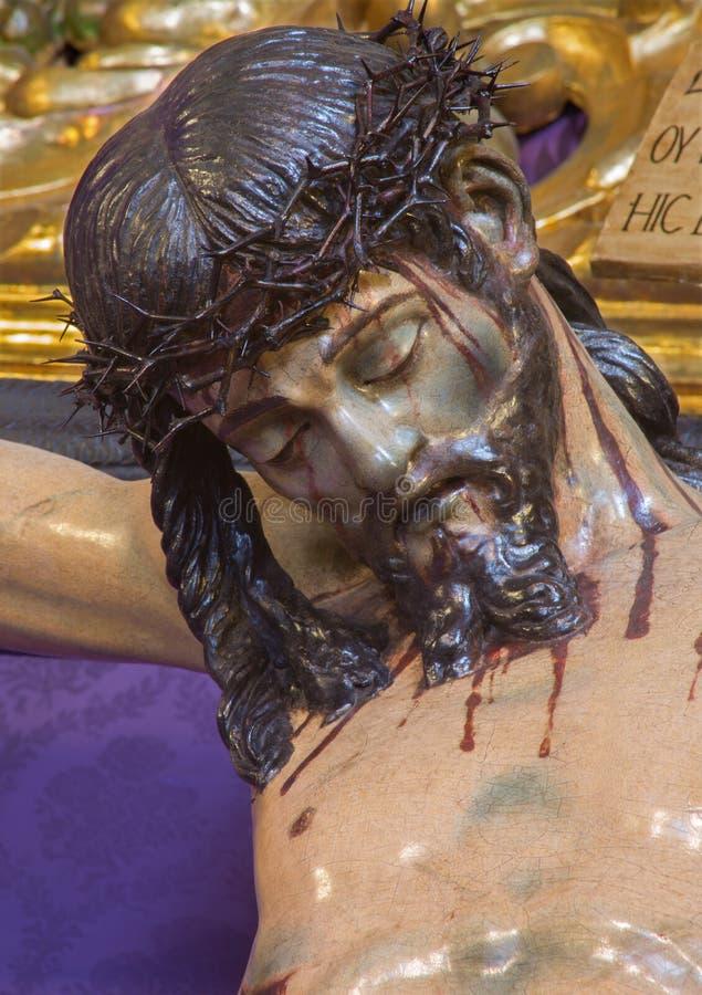 Sevilla - das Detail geschnitzter Jesus Christ-Statue auf dem Kreuz in der Kirche Iglesia de San Roque stockfotos