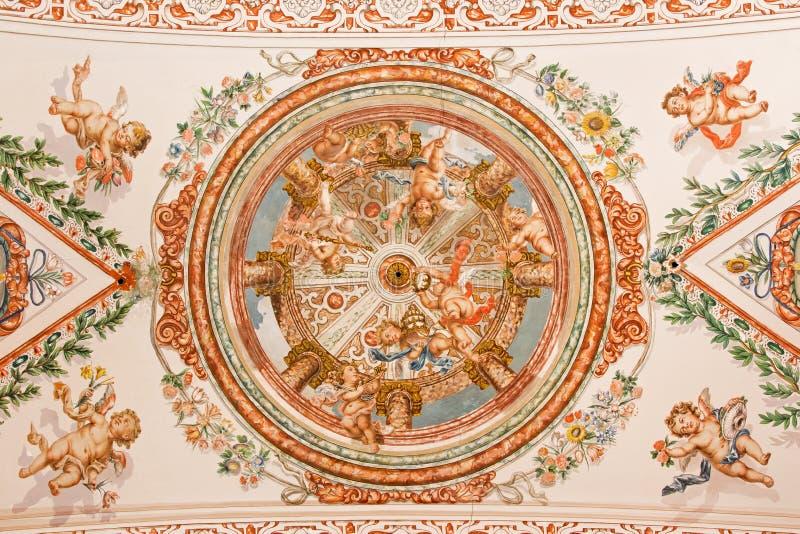 Sevilla - de fresko van engelen met de insignes van paus op het plafond in kerk Hospital DE los Venerables Sacerdotes stock foto's