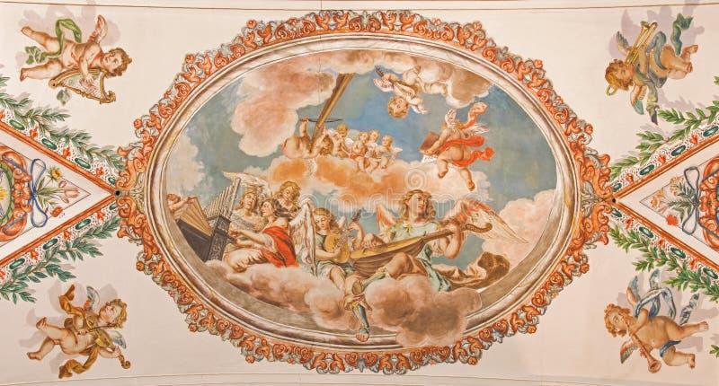 Sevilla - de fresko van engelen met de muziekinstrumenten op het plafond in kerk Hospital DE los Venerables Sacerdotes stock afbeelding