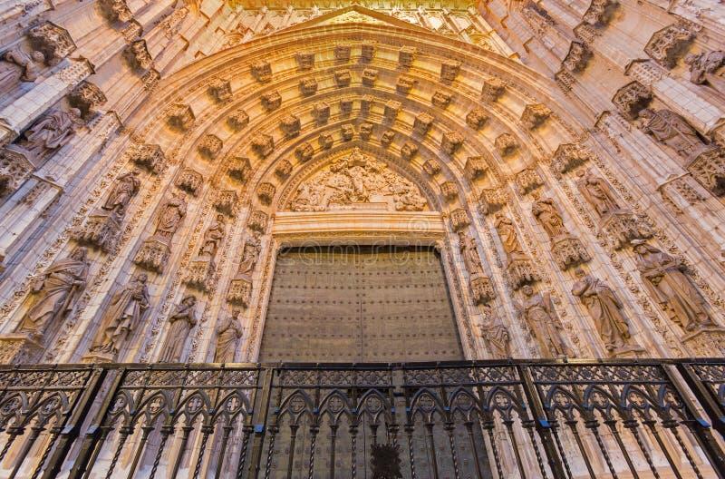 Sevilla - el portal del oeste principal (la Asuncion de Puerta de) de la catedral de Santa Maria de la Sede imagen de archivo libre de regalías