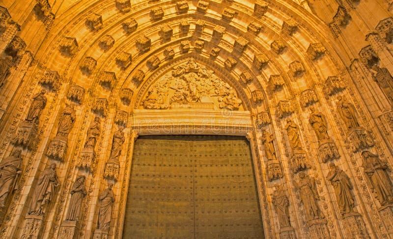 Sevilla - el portal del oeste principal (la Asuncion de Puerta de) de la catedral de Santa Maria de la Sede fotos de archivo