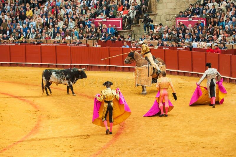 SEVILLA, ESPAÑA - abril, 28: Corrida en la plaza de toros de Maestranza en el Ap fotos de archivo libres de regalías
