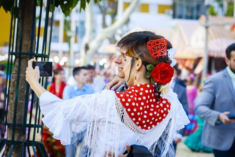 Sevilla, España - 28 de abril de 2015: Turista japonés de la mujer vestido fotografía de archivo