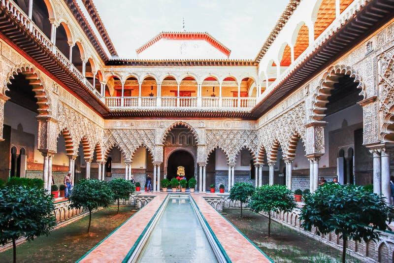 SEVILLA, ESPAÑA, EL 16 DE OCTUBRE DE 2012: Patio en Alcazars reales del SE fotos de archivo libres de regalías