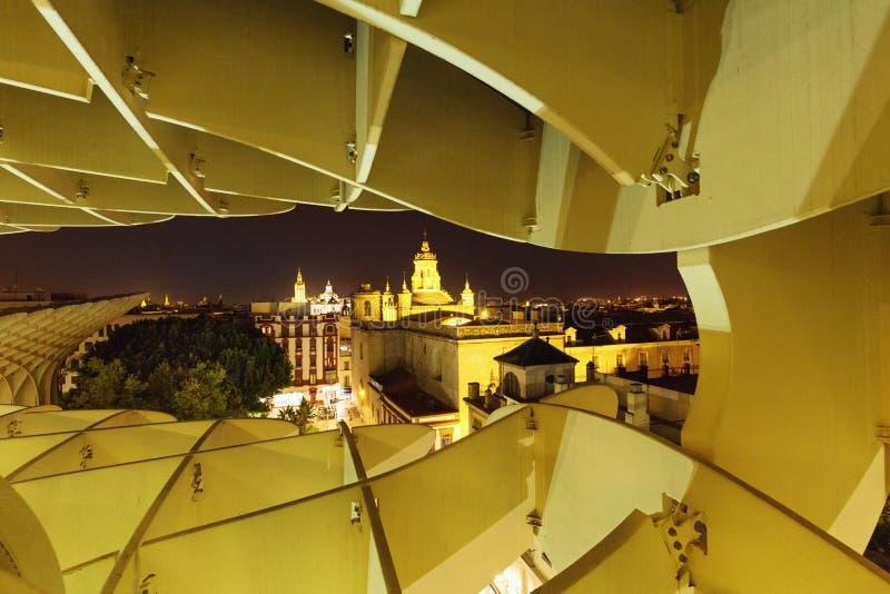 Sevilla, España Panorama de la ciudad iluminada después de la puesta del sol, visión desde arriba fotos de archivo libres de regalías