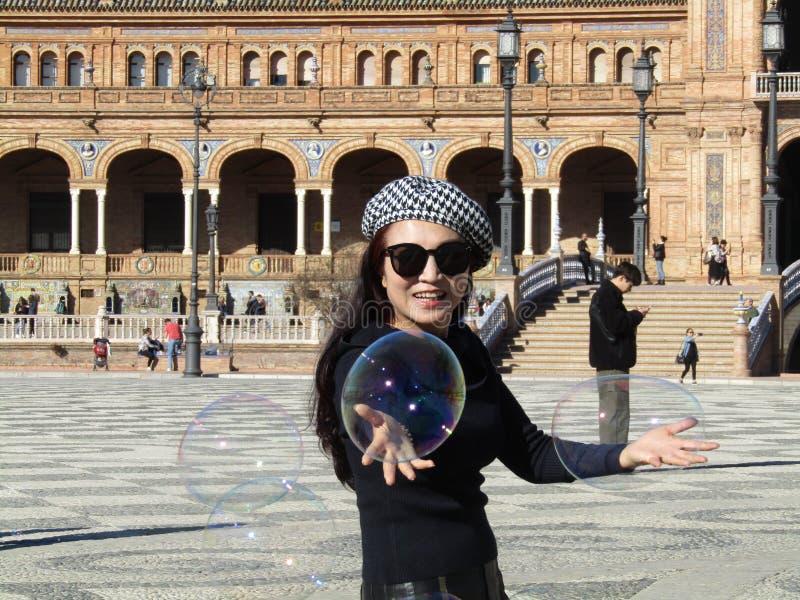 Sevilla Hiszpania, Styczeń, - 26 2019: dziewczyna dmucha dużych mydlanych bąble obraz stock