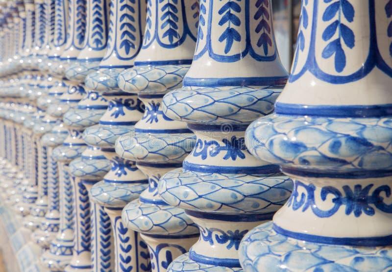 Sevilla - keramische mit Ziegeln gedeckte Balustrade der Piazzas de Espana stockfoto