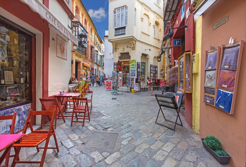 Sevilla - Kleine straten met de winkels en restaurants in het Santa Cruz-district stock foto's